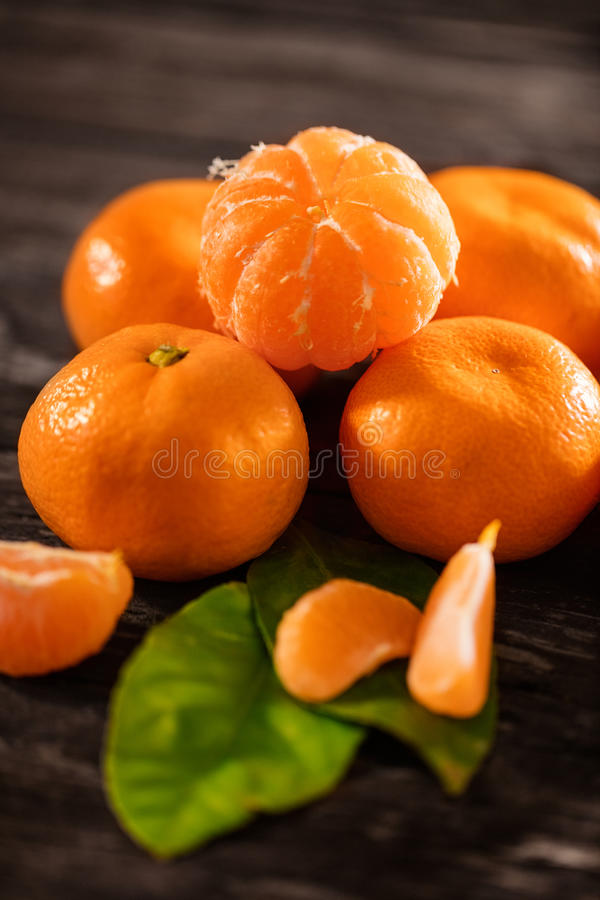Mandarines mûres, mandarine épluchée et tranches de mandarine images libres de droits