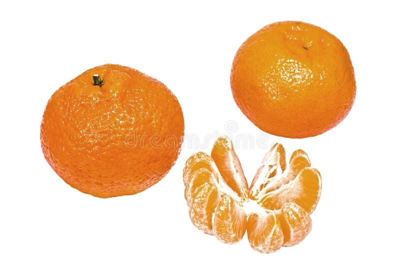 Mandarines mûres et tranches d'isolement sur le blanc photographie stock