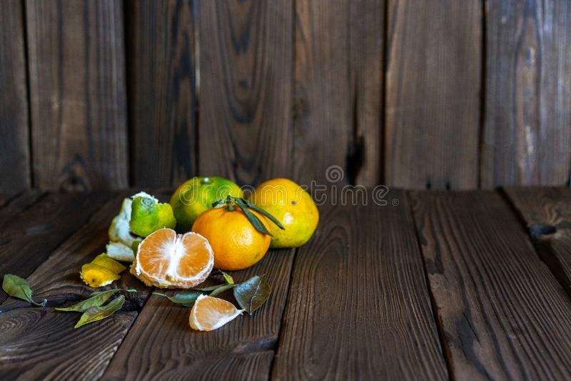 Mandarines, mandarine épluchée et tranches de mandarine photos stock