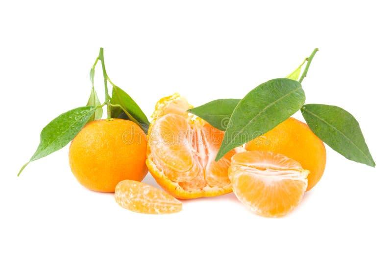 Mandarines oranges avec les feuilles vertes image stock