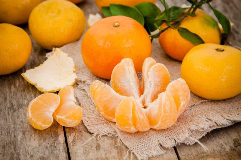 Mandarines organiques fraîches et tranches épluchées photos stock