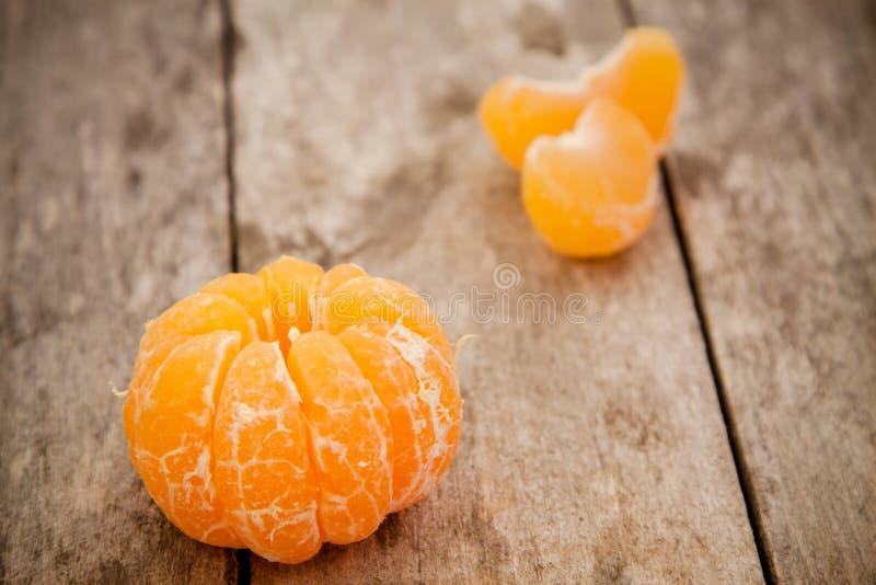 Mandarines organiques fraîches et tranches épluchées photo libre de droits