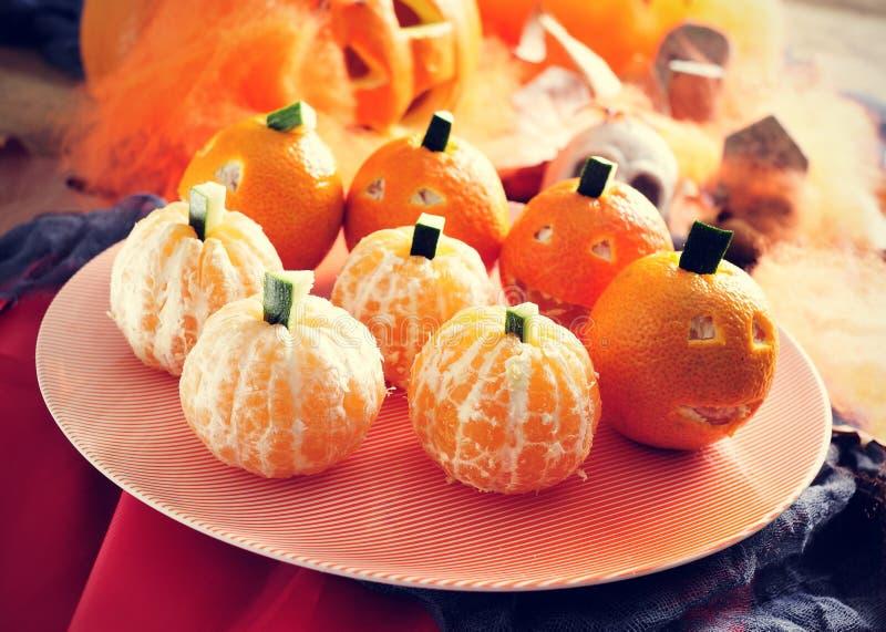 Mandarines ornamentujący jako Halloweenowe banie zdjęcie royalty free