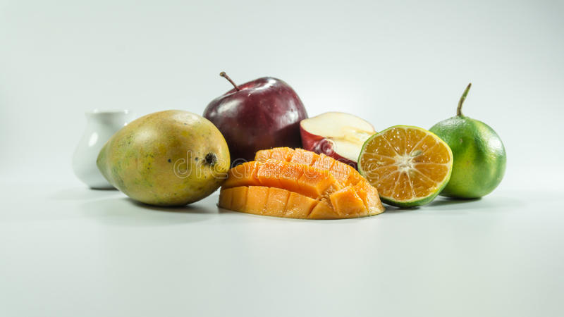 Mandarines rouges de mangues de pommes sur le fond blanc photo stock