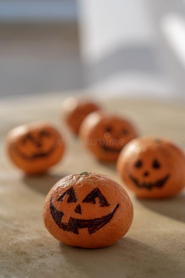 Mandarines saines de des bonbons ou un sort de lanternes de Halloween Jack o photos stock