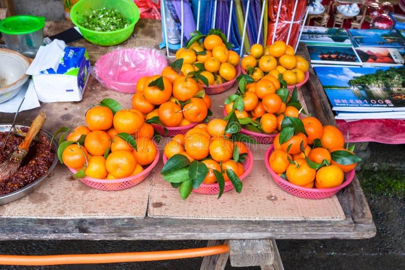 Mandarines sur la stalle sur le marché de la ville de XingPing images stock