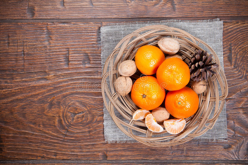 Download Mandarines Sur La Table En Bois Photo stock - Image du lames, organique: 56475420