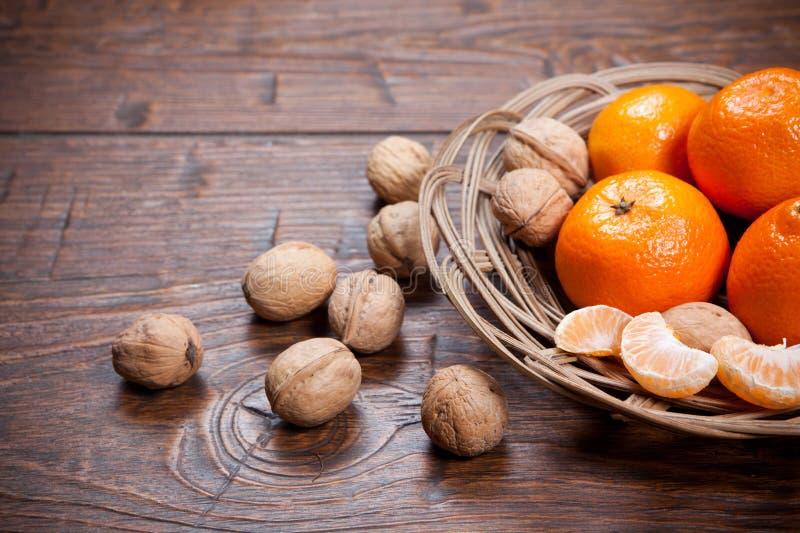 Download Mandarines Sur La Table En Bois Photo stock - Image du rafraîchissement, citron: 56476456