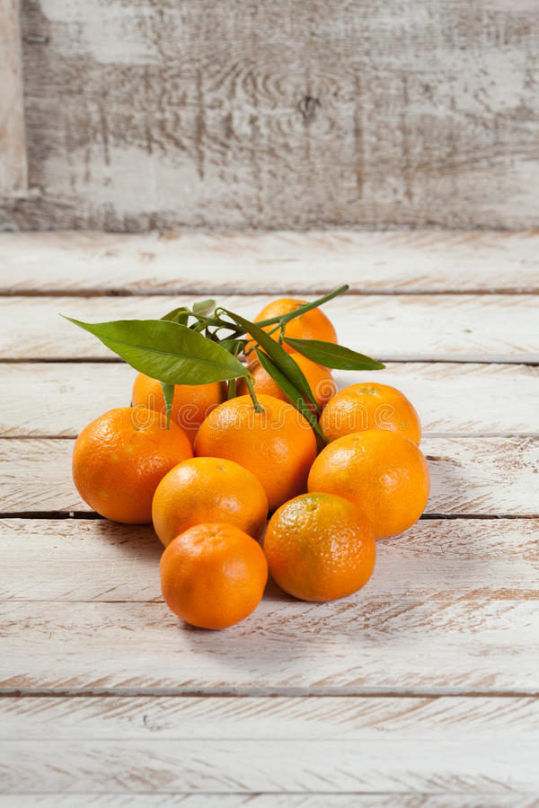 Mandarines sur le fond en bois de vintage blanc photo libre de droits