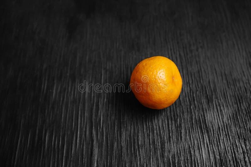Mandarines sur un fond noir Un bon nombre de fruit frais - mandarines images stock