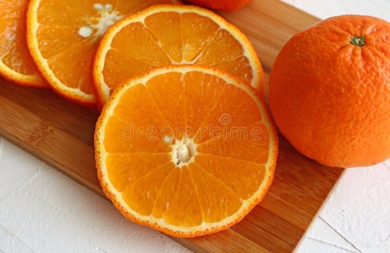 Mandarini affettati sul bordo fotografia stock