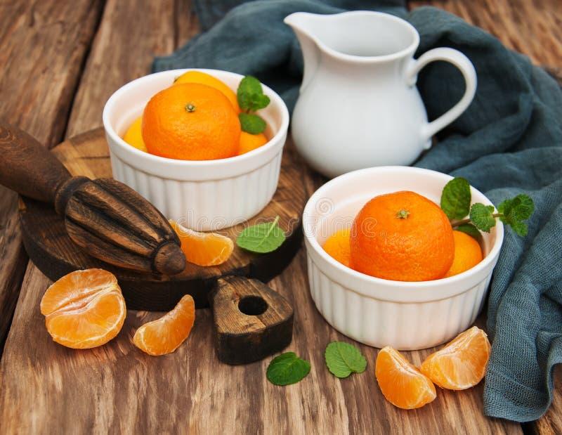 Mandarini e vecchi spremiagrumi fotografia stock