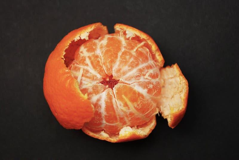 Mandarino accatastato sulla tavola scura Mandarino e coperture sbucciati Vitamina e concetto sano immagini stock