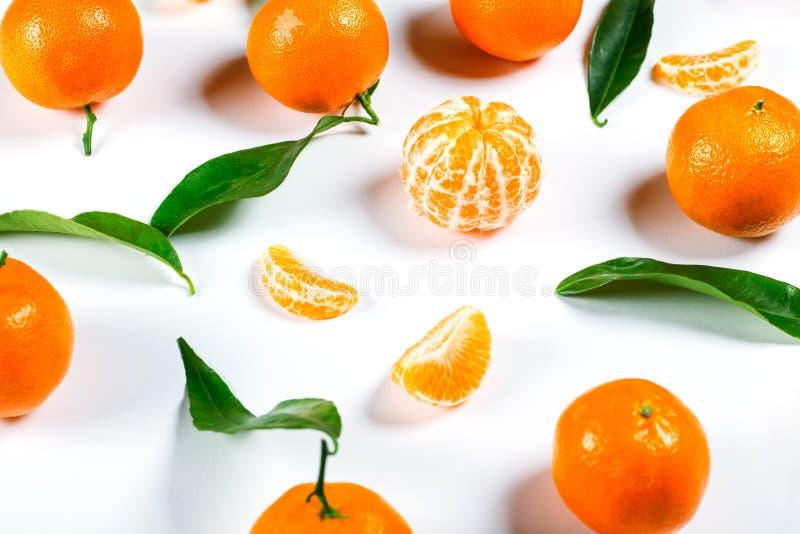 Mandarino arancio maturo del mandarino con il primo piano delle foglie sul bianco fotografia stock libera da diritti