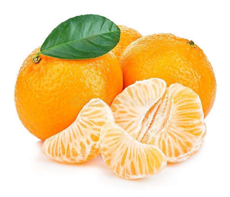 Mandarino maturo con il primo piano della foglia su un fondo bianco Arancia del mandarino con la foglia su un fondo bianco immagine stock