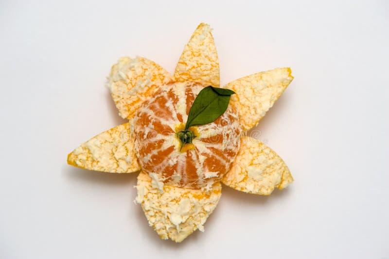 Mandarino parzialmente sbucciato fotografia stock
