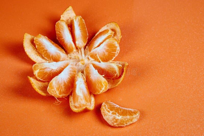 mandarino purificato su fondo arancio rosso fotografia stock