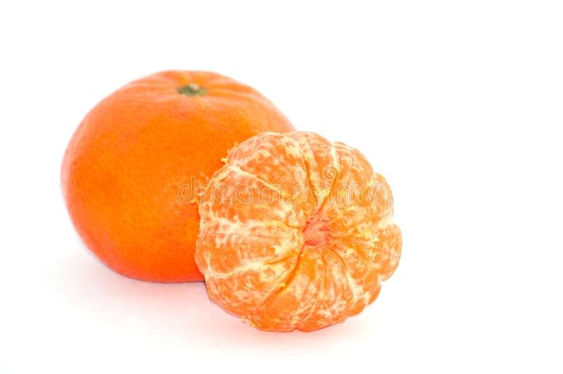 Mandarino succoso due su fondo bianco, macro immagini stock libere da diritti