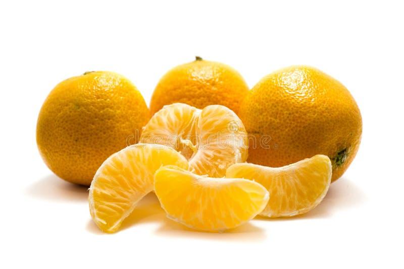 Mandarins met en zonder schil op witte achtergrond wordt geïsoleerd die stock fotografie