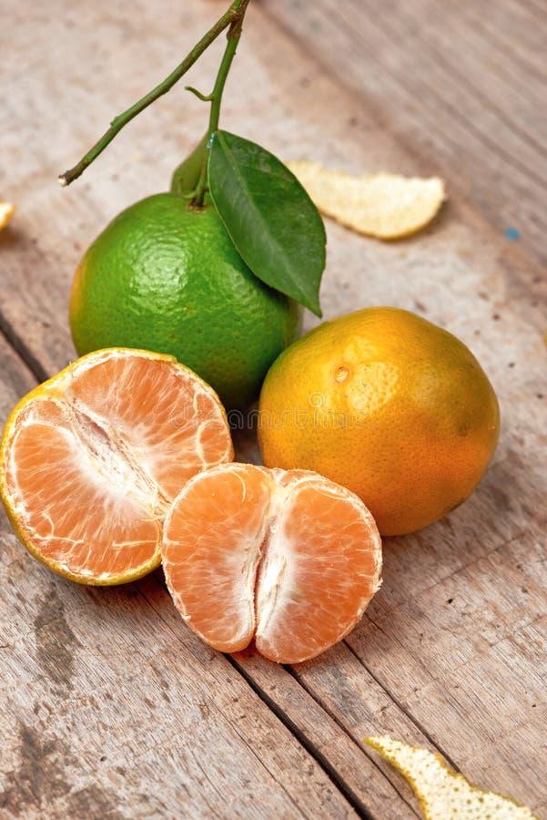 mandarins Verse Mandarijnen op een houten achtergrond royalty-vrije stock foto