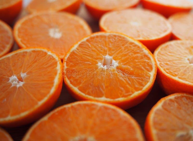 Mandarins, voor sap wordt gesneden dat Vruchten van mandarin, besnoeiing, op houten achtergrond stock afbeelding