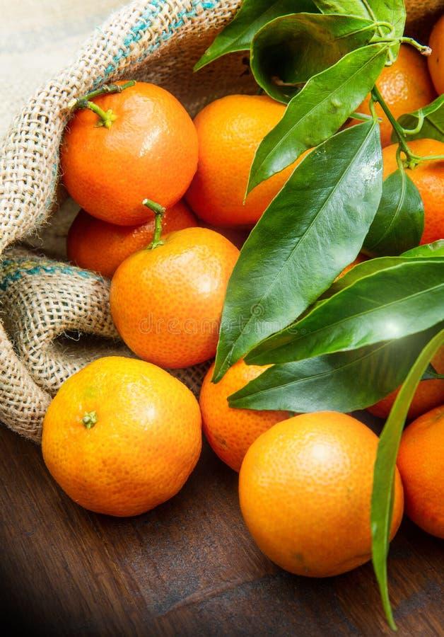 mandarynek pomarańcze owocowe z liśćmi na drewnianym stole zdjęcia royalty free