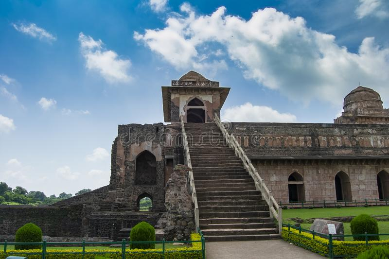 Mandav Ship Palace Stairs with Blue Sky and Clouds royalty-vrije stock afbeelding