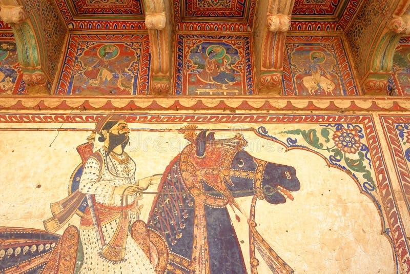 MANDAWA, РАДЖАСТХАН, ИНДИЯ - 27-ОЕ ДЕКАБРЯ 2017: Детали стенных росписей на Goenka удваивают Haveli стоковые изображения