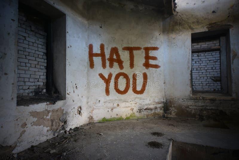 mande un SMS al odio usted en la pared vieja sucia en una casa abandonada fotografía de archivo