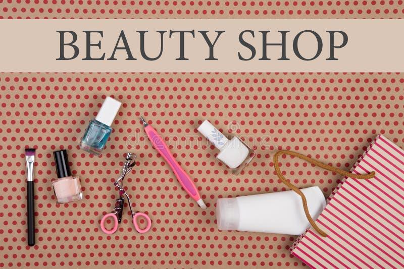 Mande un SMS a la tienda de Beaury y al bolso rayado del regalo con los cosméticos fijados para el maquillaje fotos de archivo libres de regalías