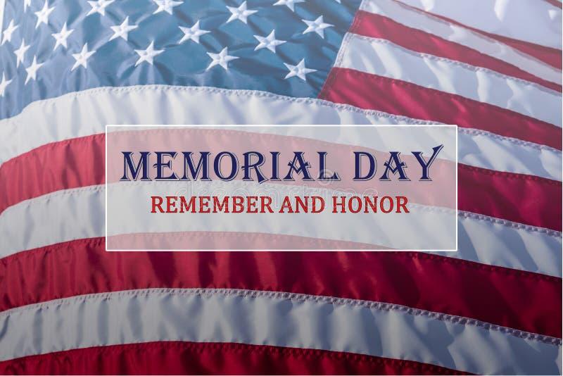 Mande un SMS a Memorial Day y al honor en fondo de la bandera americana que fluye foto de archivo libre de regalías