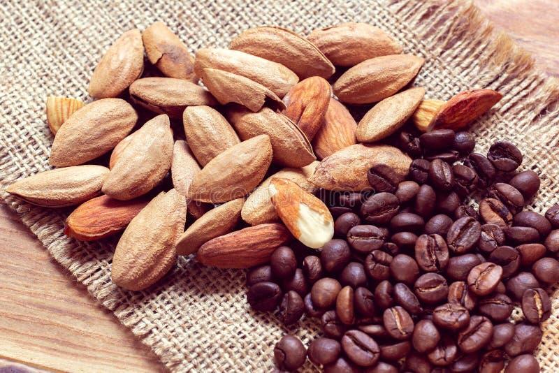 Mandel und Körner des Kaffees lizenzfreies stockbild