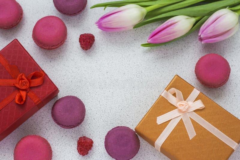 Mandelkakor, en bukett av rosa tulpan med en kopia av utrymme Valentin dag, moders dag och kvinnors dagbegrepp royaltyfri foto