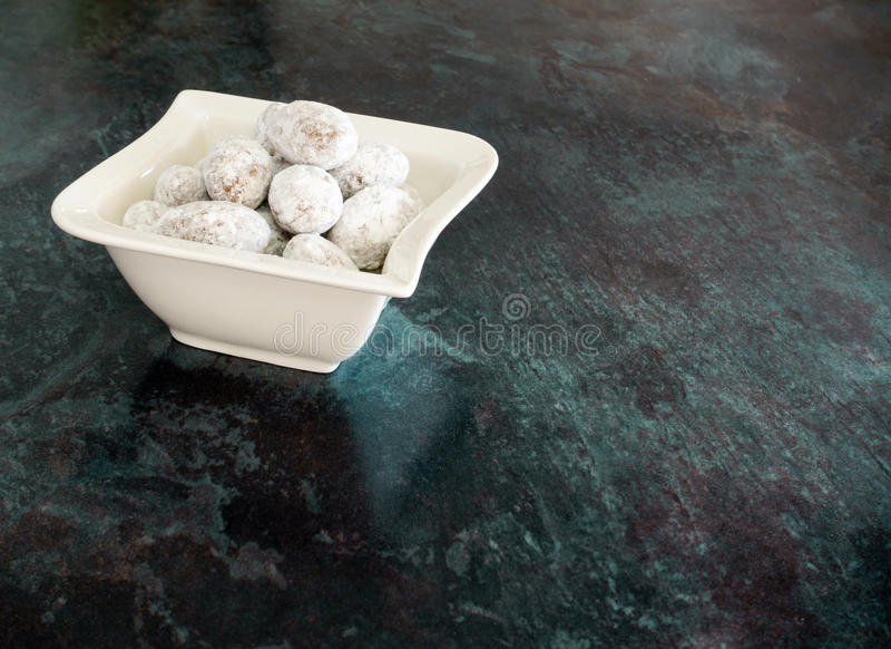 Mandeln beschichtet mit Schokolade und Puderzucker stockbild