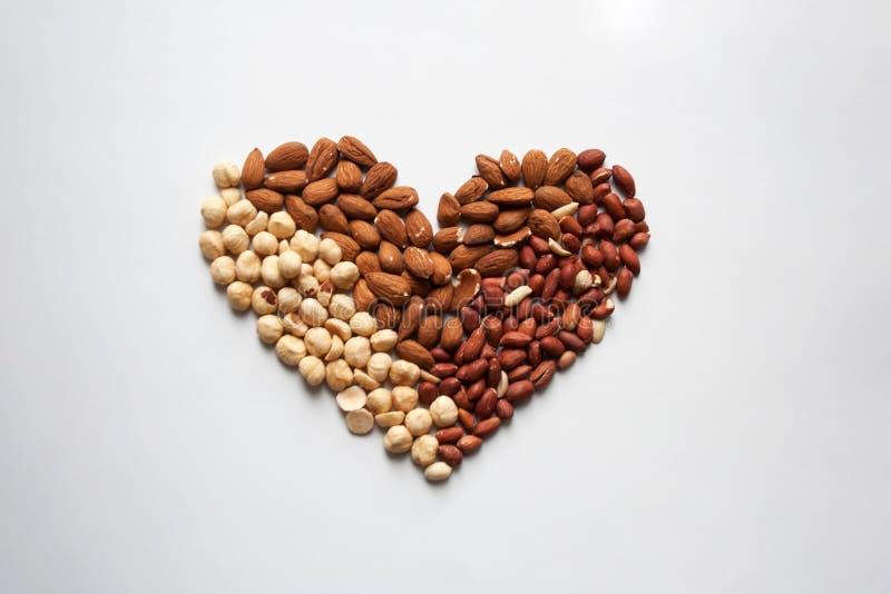 Mandeln, Haselnüsse und Erdnussherz formten Zusammensetzung stockfotos