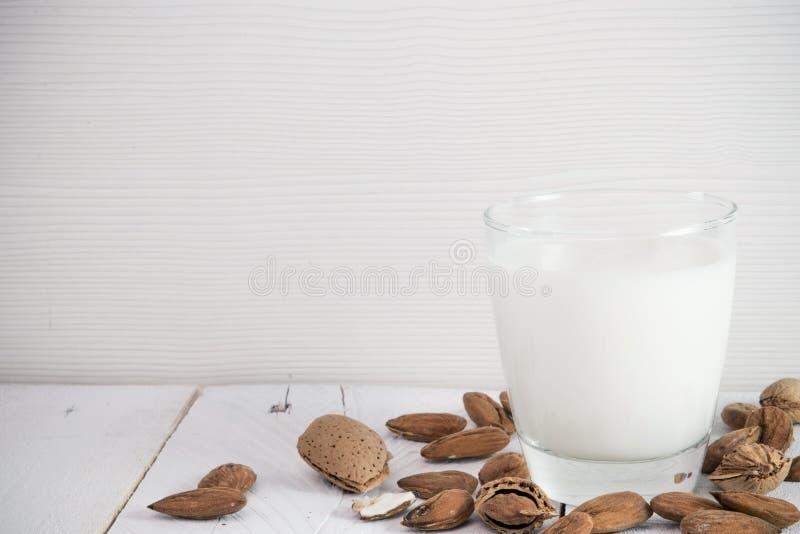 Mandeln mjölkar arkivbild