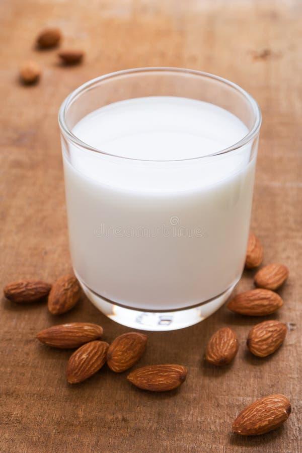 Mandeln mjölkar och mandeln på trätabellen arkivfoton