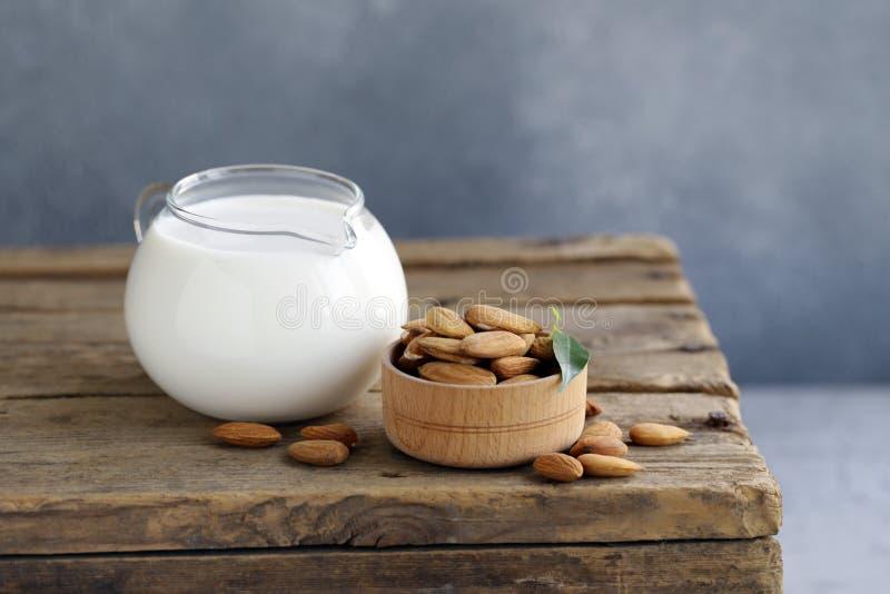 Mandeln mjölkar royaltyfria foton