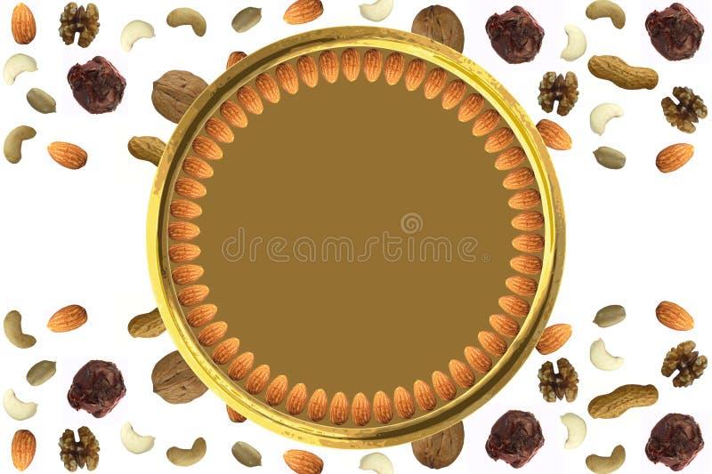 Mandeln vereinbarten im Kreis in der goldenen Platte mit verschiedenen trockenen Fruchtnüssen und im abstrakten Muster der Schoko lizenzfreie abbildung