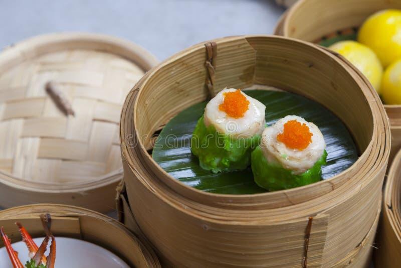 Manden van dimsum, Chinees gestoomd voedsel in bamboemand royalty-vrije stock foto