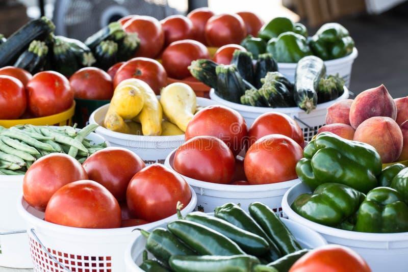 Manden van Groenten bij Landbouwersmarkt stock afbeeldingen