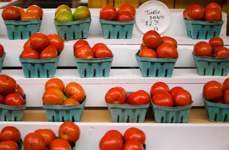 Manden van verse tomaten bij een lokale landbouwbedrijfmarkt, Florida royalty-vrije stock foto