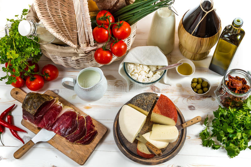 Mandhoogtepunt van groenten en divers vers product stock foto