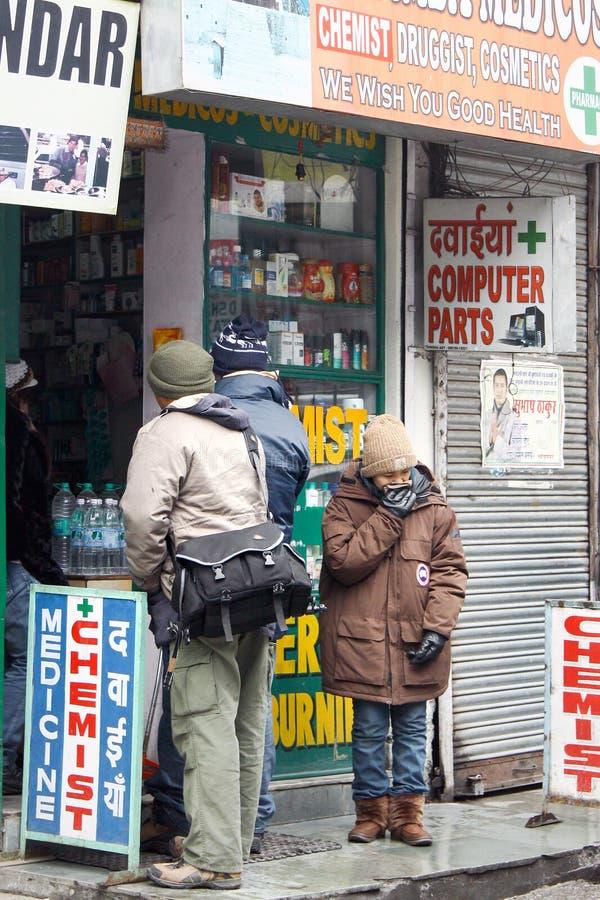 Mandi Indien - Januari 20: På lokalt apotekapotek ska turisten köpa medicin royaltyfri bild
