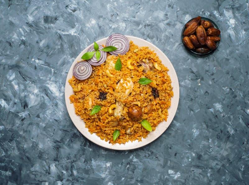 Mandi Kabsa - Arabski kurczak z migdałem i ryż zdjęcie royalty free