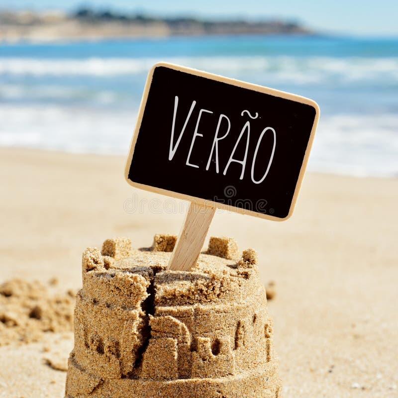Mandi un sms al verao, l'estate in portoghese, in un castello di sabbia immagini stock libere da diritti