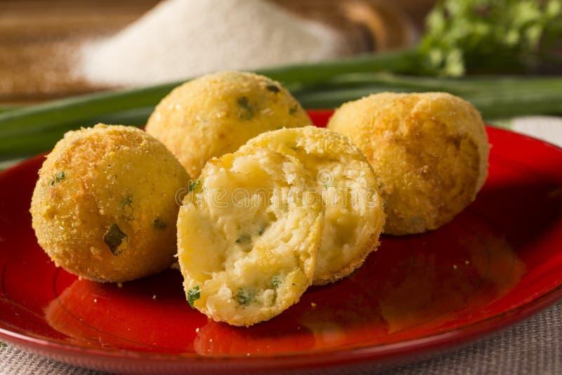 Mandioca das bolas fritada decorada com salsa & x28; Foco seletivo, Focu imagem de stock