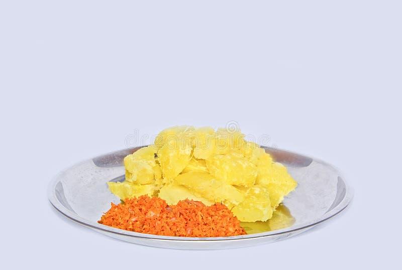 Mandioca o mandioca srilanquesa hecha en casa fresca con la cebolla y el coco Sambol imágenes de archivo libres de regalías
