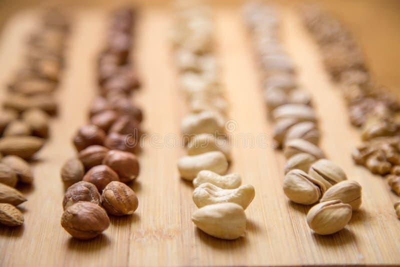 Mandlar, valnötter och hasselnötter arkivbild
