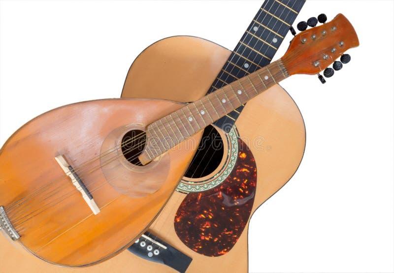 Mandoline und Gitarre lokalisiert auf einem weißen Hintergrund Aufgereihte Musikinstrumente lizenzfreie stockfotos